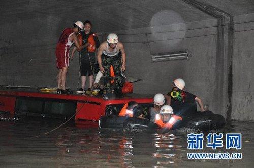 武汉暴雨致82处路段滞水 交通几近瘫痪(组图)