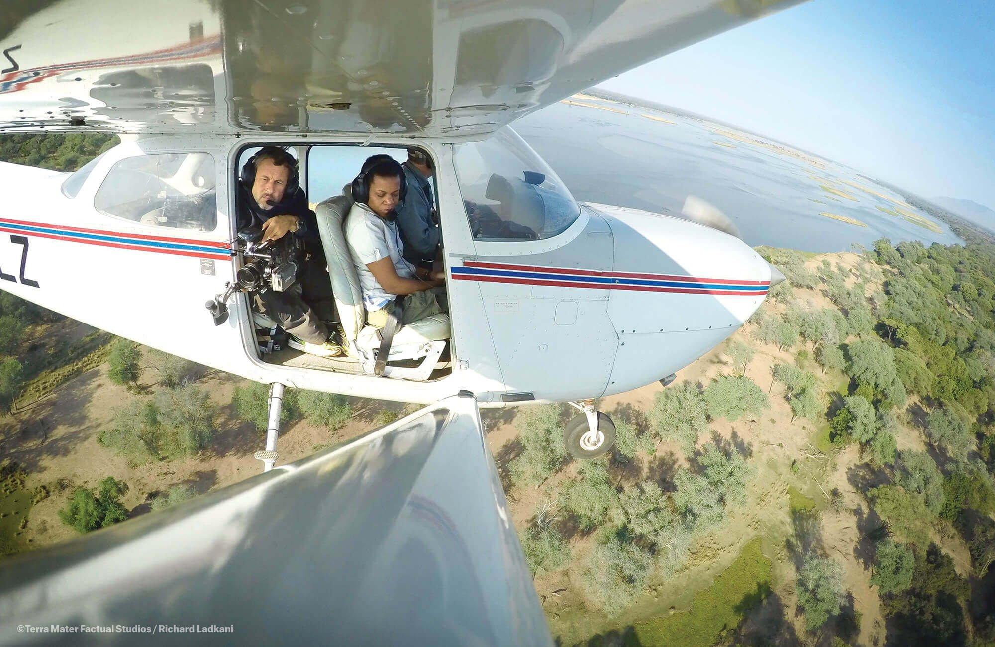 导演拉德卡尼从空中拍摄非洲草原。