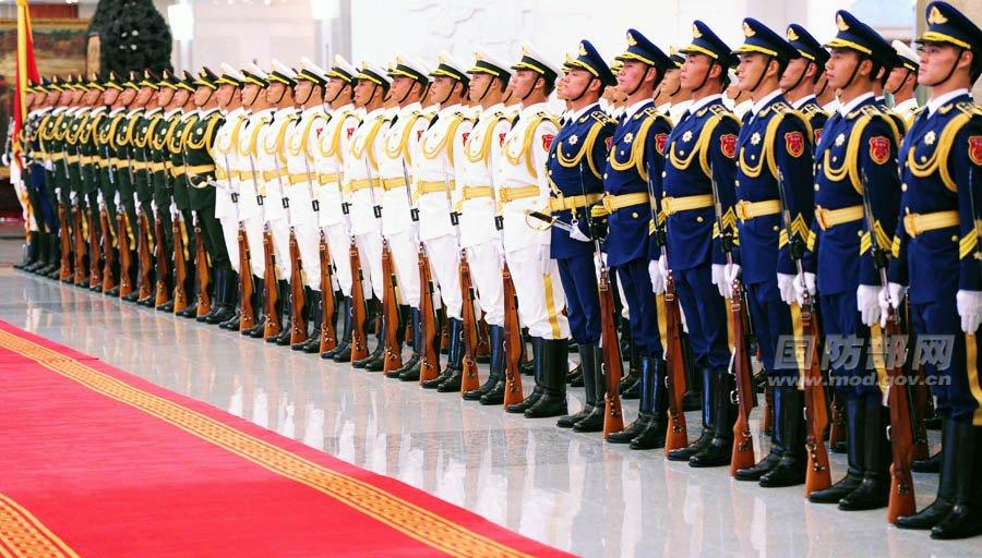 7日,中国人民解放军三军仪仗队穿着新礼宾服接受检阅.李爱明 摄-