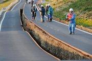 地震后被撕裂变形的路面