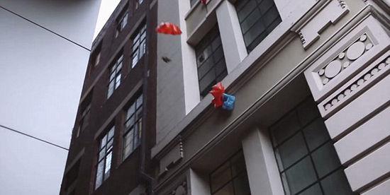 澳大利亚一间餐厅突发灵感,使用塑料袋制成的降落伞送餐。