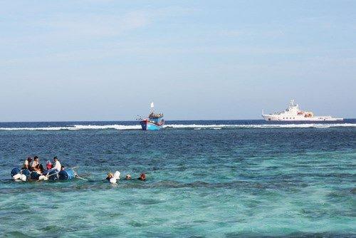 """越南渔船西沙浪花礁搁浅""""南海救115""""救出10渔民"""