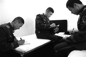 18位边防战士不能回家过年 写家书给父母送祝福
