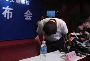 王勇平向事故发生时被困在列车上的一位记者鞠躬致歉