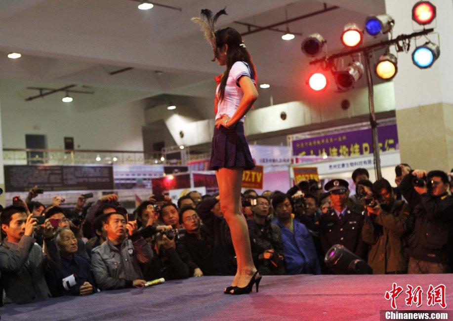 组图:中原性文化节上演大尺度表演 新闻中心