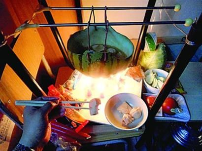 大学生搞怪创意受热捧:用西瓜皮烧火锅