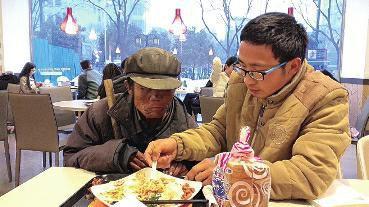 """陕西大一男生给流浪老人买饭喂饭被赞""""暖男""""_新闻_腾讯网"""