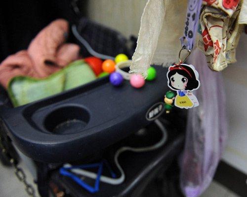 好心市民为母女俩送来婴儿车。京华时报 徐晓帆/摄