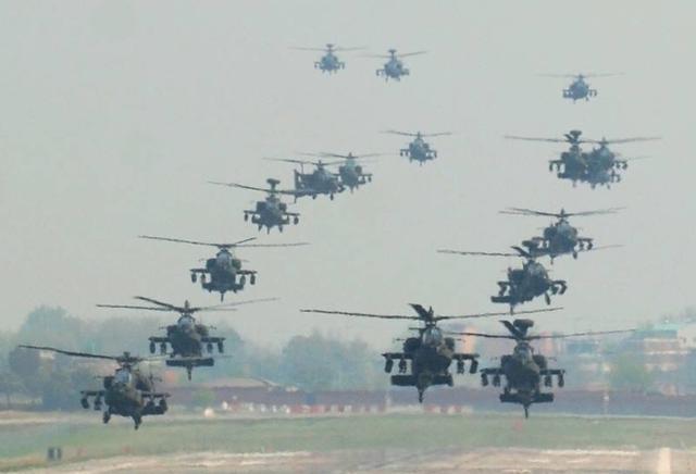 资料图:美军阿帕奇直升机编队
