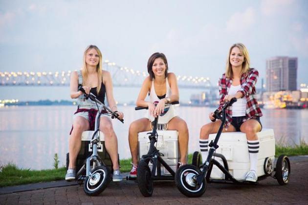 3名少女筹钱打造可装载冰箱音响折叠电动自行车