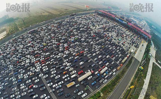 京港澳高速进京方向拥堵 滞留车辆排队近百米