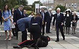 威廉王子访校时身后70岁官员突然倒地