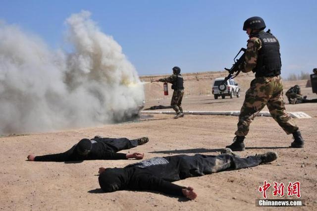 新疆武警反恐被戳掉4颗门牙 忍痛一枪击毙歹徒