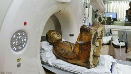 科学家发现千年中国古佛像内端坐打坐和尚(图)