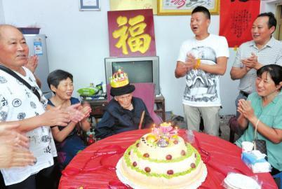 付素清老人118岁生日,亲朋好友前来祝寿。