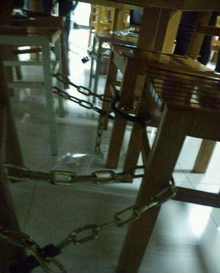 学生用铁链锁住占座