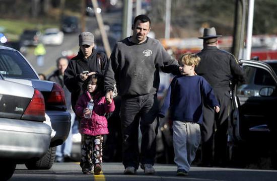 美国一小学枪击案致27人死 其中18人是儿童