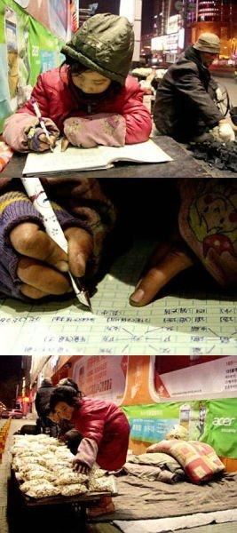 9岁女孩寒夜街头卖爆米花 借路灯做功课