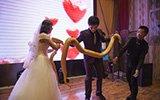 新人婚礼上互赠黄金蟒做礼物