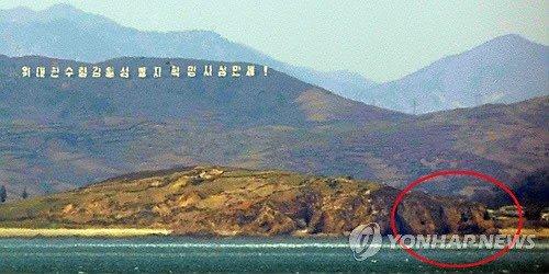 红色圈处为朝鲜海岸炮隐藏防空洞(图片来源韩联社)