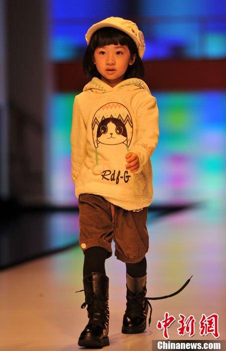 图为小模特T台走秀,有模有样.吕明摄-石狮时装周上演童