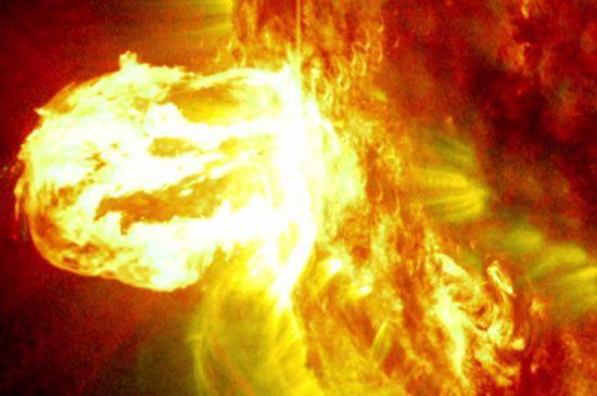 美国航空航天局公布最新太阳耀斑爆发震撼画面