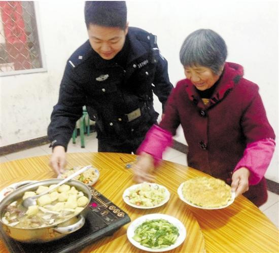 潘奶奶给民警做吃的。