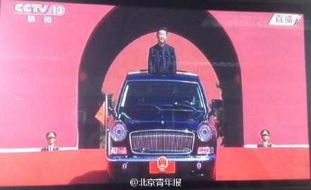 66年来国家领导人乘坐阅兵车首次悬挂国徽