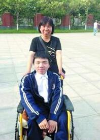 母亲背着瘫痪儿子求学14年 励志小伙考上武大