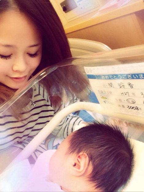 日本17岁模特宣布当妈晒儿子照片 网友惊呆