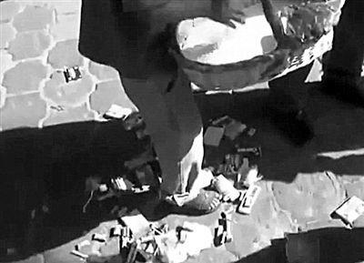 城管迭戈要求曼努尔将糖果和烟一件一件扔在地上。