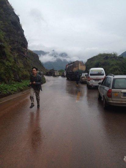 云南彝良县发生山体滑坡 18名学生被埋教学楼内