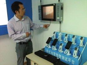 王暾在介绍地震预警终端接收器的工作原理。图/记者倪志刚