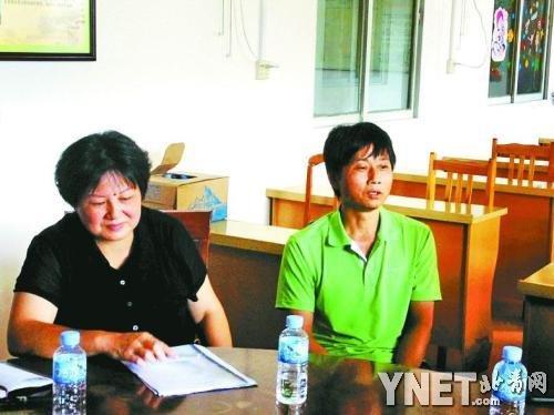 卫生局局长刘羡杰和藤县第三人民医院精神科护理员曾超忠(右)