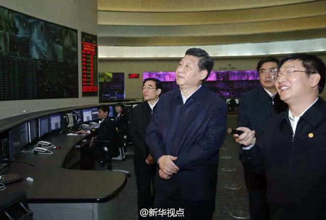 习近平雾霾中走访北京胡同 询问地沟油去哪儿了