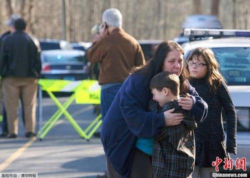 图为枪击案现场,获救者与家人团聚。