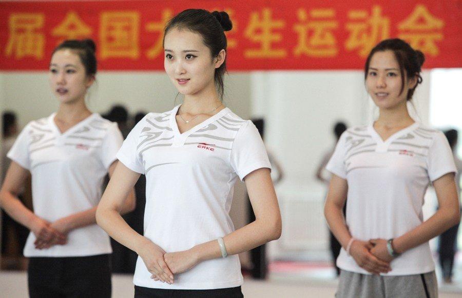 高清:大运会礼仪志愿者参照空姐标准培训