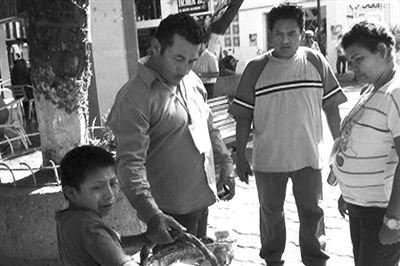 城管迭戈发现男孩曼努尔摆摊后,一把抓住曼努尔的竹筐。