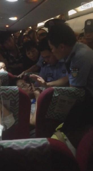 男子机上殴打空姐 遇警察后耍赖喊