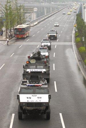 """重庆""""闪电突击队""""上街巡逻 市民冒雨跟随"""
