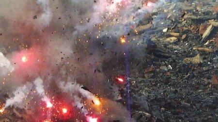 四川广汉爆炸。鞭炮厂附近也有一个仓库,人们正在疏散。|浏阳烟花厂爆炸是