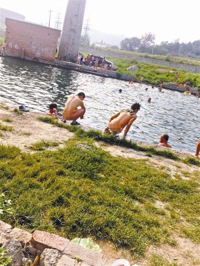 北京市郊现天体浴场:50余人在路边水塘裸泳(图)
