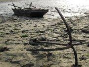 湖北郧县汉江段搁浅的小船
