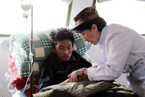 藏族女军医地震失去四名亲人毅然加入抗震队伍