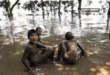 孩子们在淤泥中玩耍