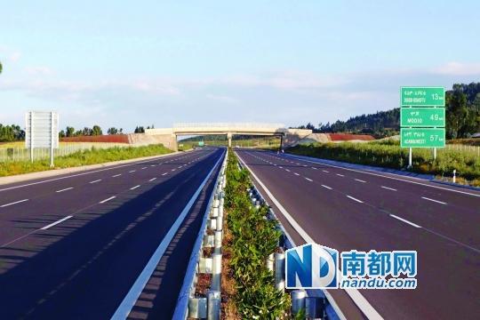 <p>    中国交通建设集团承建的亚的斯亚贝巴至阿达玛高速公路,这是埃塞俄比亚第一条高速公路。新华社发</p>