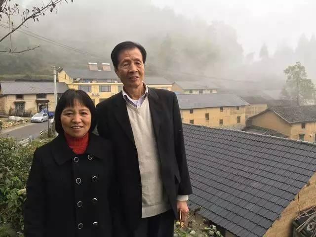 富翁因借宿相识农妇 弃海外亿万资产与其结婚