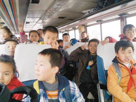 西安交警截获超载校车 核载39人挤进57名小学生