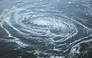 日本强震引发海啸 海滨出现巨大漩涡
