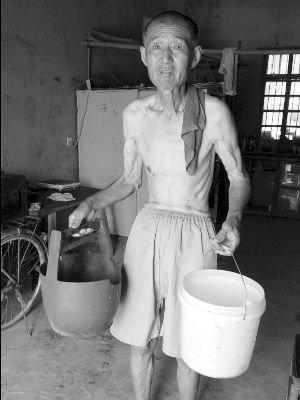 76岁老人无奈去远处拎水